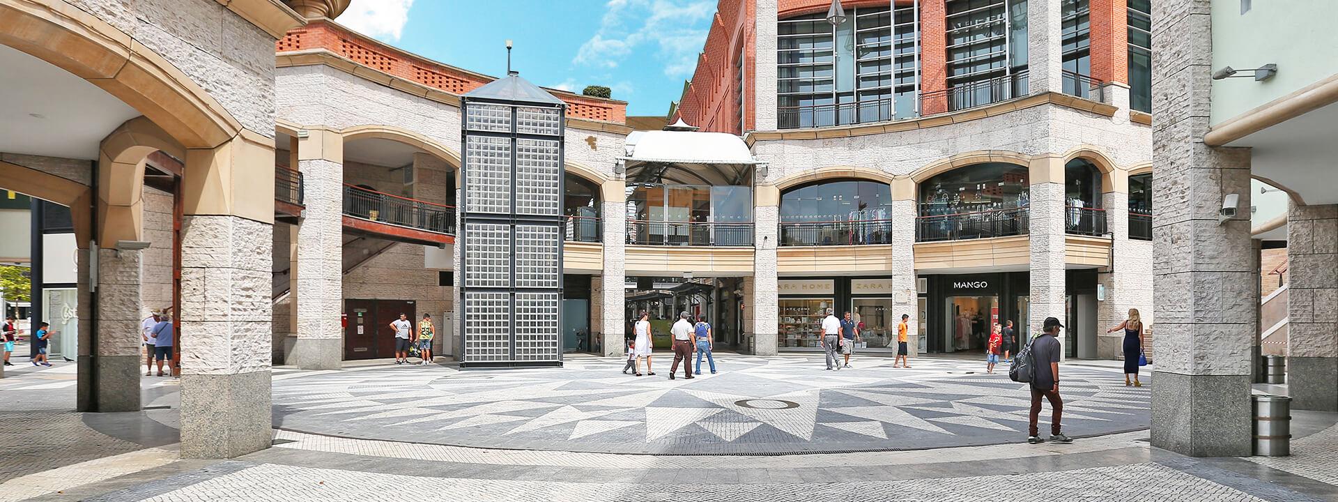 Imagem da rosa dos ventos situada no meio do Forum Aveiro
