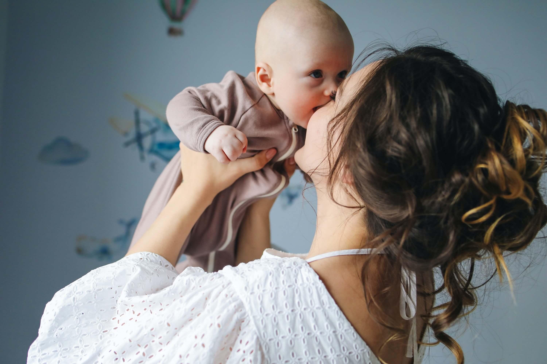 mãe a beijar filho bebe