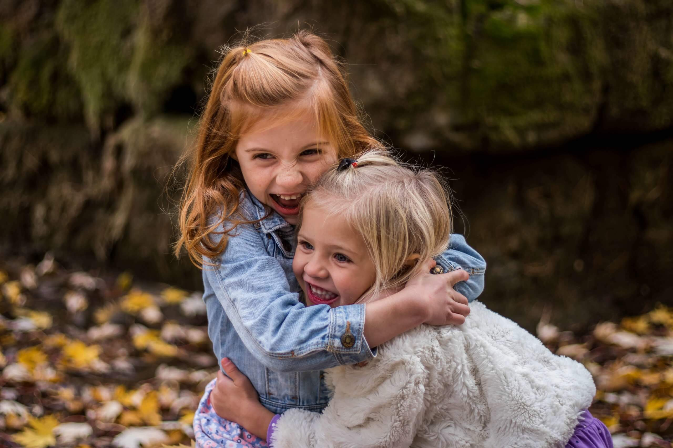 duas meninas sorridentes abraçadas