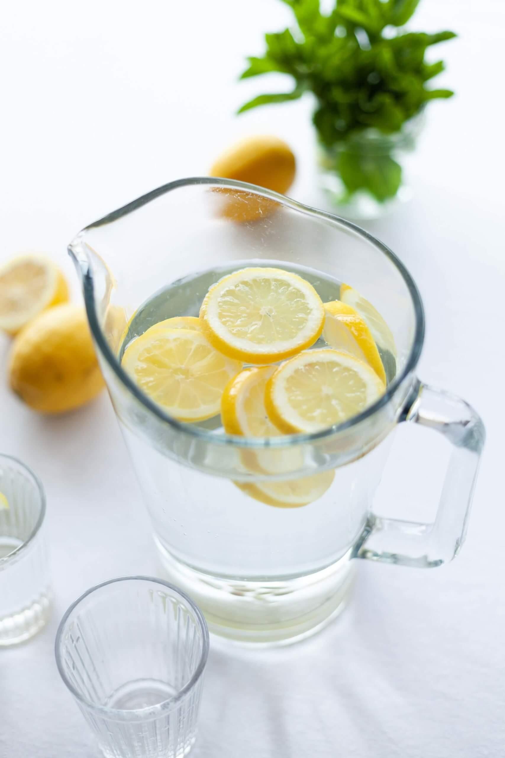 jarro de agua com rodelas de limão