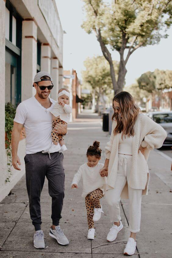 família a passear com os filhos pelo passeio