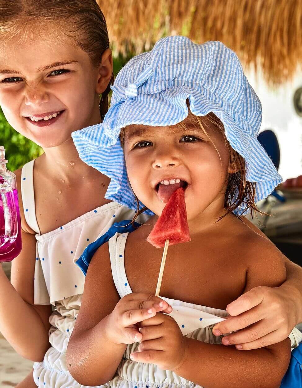crianças a comer fruta com roupa da zippy
