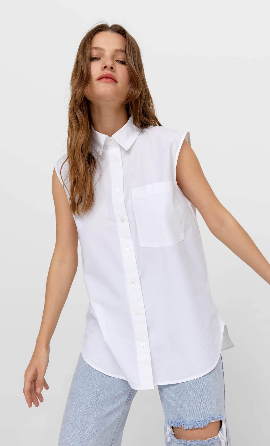 mulher vestida com camisa sem mangas da Stradivarius