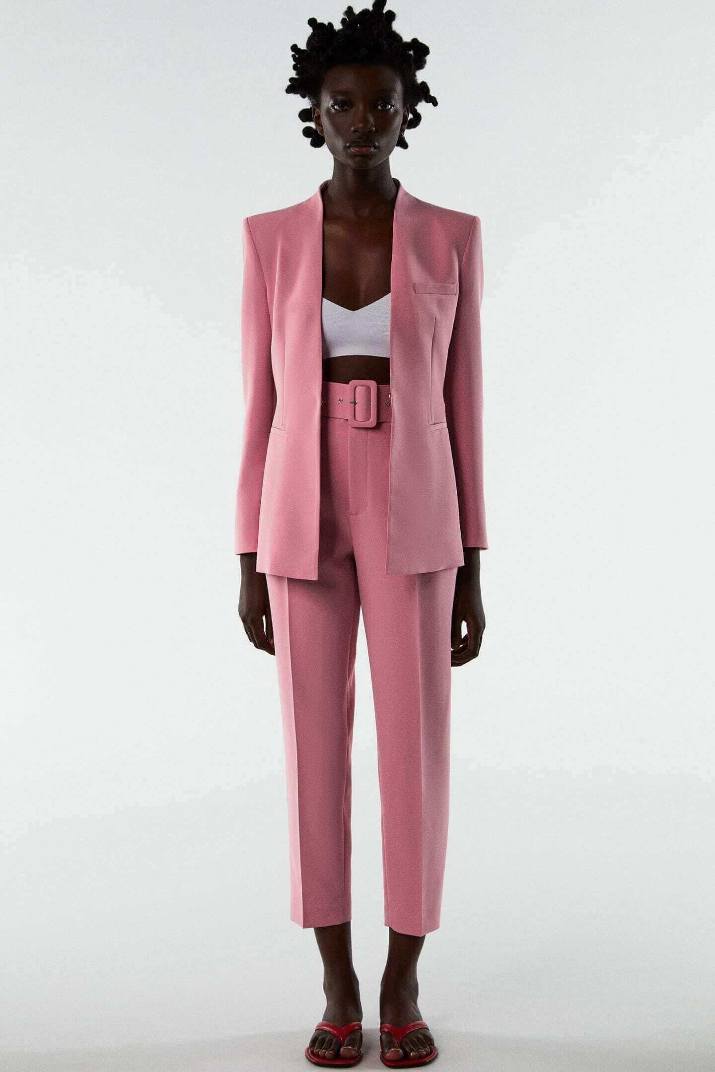 mulher com fato cor de rosa da Zara