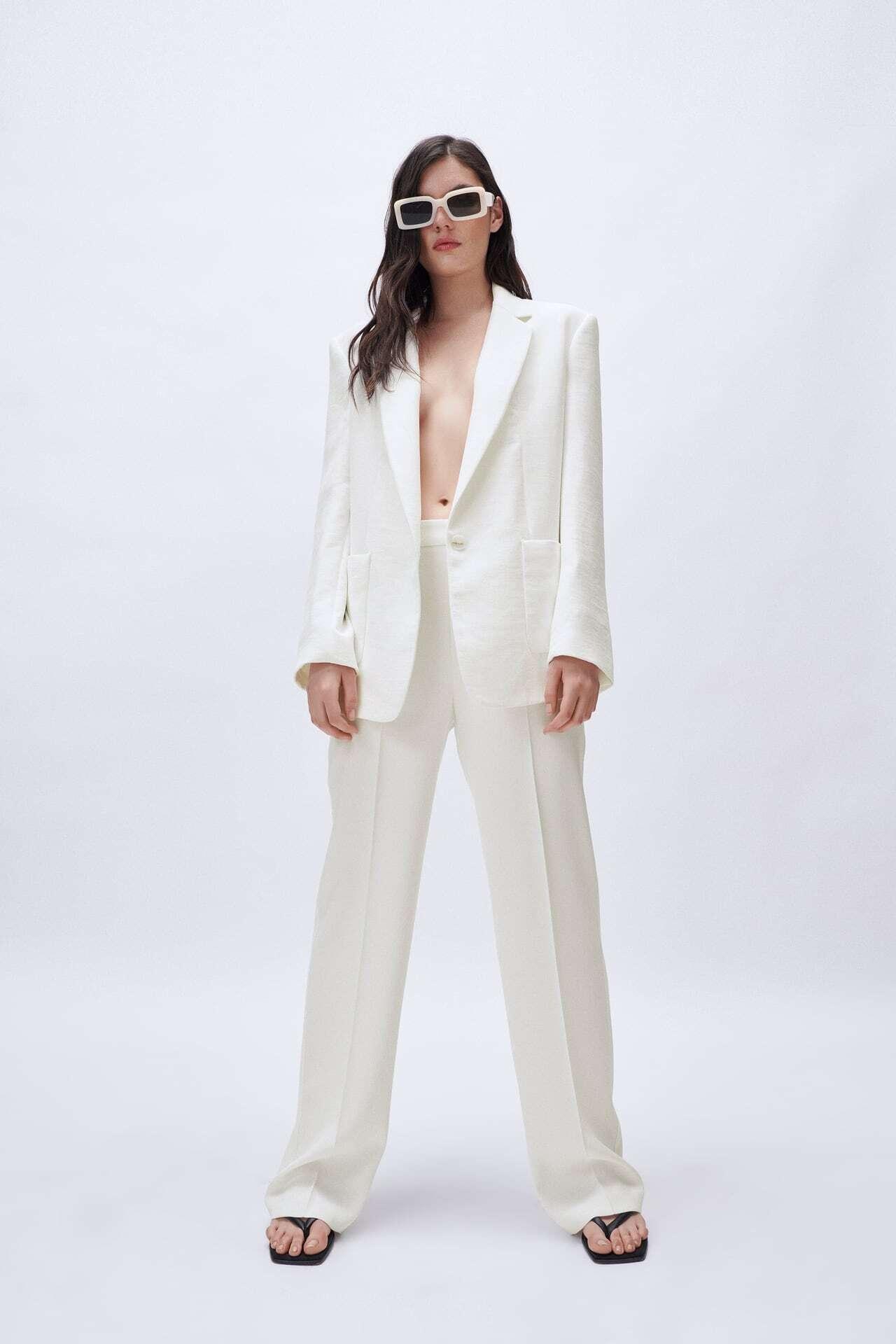 mulher com fato branco da Zara